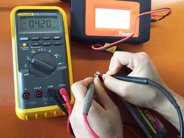 交、直流电压的测量: 将电源开关置于ON位置,根据需要将量程开关拨至DCV(直流)或ACV(交流)范围内的合适量程,红表笔插人V/孔,黑表笔插入COM孔,然后将两只表笔连接到被测点上,液晶显示器上便直接显示被测点的电压。在测量仪器仪表的文流电压时,应当用黑表笔去接触被测电压的低电位端(如信号发生器的公共接地端或机壳),从而减小测量误差。 注意:如果在不知道被测电压的范围时.建议将档位拔到最高档(1000V),然后根据显示屏读数来转换到较合适的量程,确保测试结果的准确。实际UT58C在使用者选择量程时,显