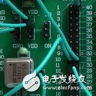 当系统检测到环境光充足,控制器就会进入充电模式。蓄电池充电有两个比较重要的电压值:深度放电电压和浮充充电电压。前者代表在正常使用情况下蓄电池电能被用完的状态, 而后者则代表蓄电池充电的最高限制电压,这些参数应该从蓄电池产品手册上可以查到。在设计电路中针对12V蓄电池,分别设置深度放电电压为11V和浮充充电电压为13.8V(皆为在室温条件下的电压值,软件中这两个值增加了相应的温度补偿),具体充电模式如表2所示。