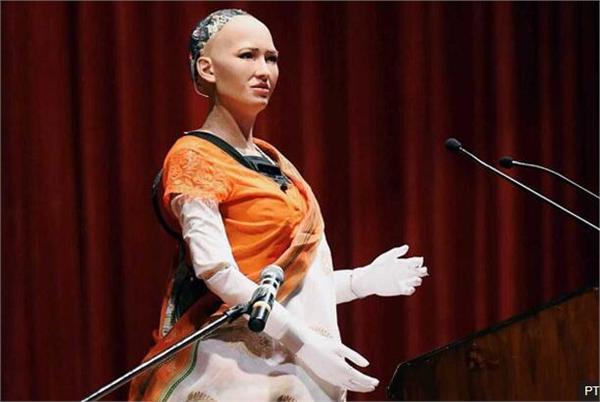 索菲亚出访印度发表讲话出现故障 观众仍为之疯狂求婚被婉拒