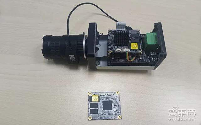 ▲国内创企深鉴公司推出的AI芯片,可搭载于安防IP摄像机内