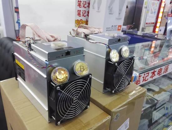 市场内档口摆放的矿机 / 刘景丰摄