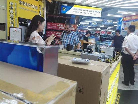 外国人在咨询矿机生意 / 刘景丰摄