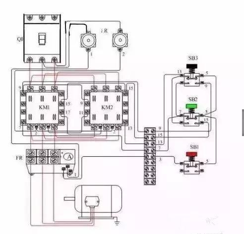 为了保证两个接触器动作时能够可靠调换电动机的相序,接线时应使接触