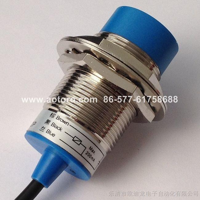接近开关详细技术参数如下: 【产品名称】:接近开关 【规格型号】:FR30-15DP3 LJ30A3-15-Z/CY 【外形尺寸】:M30*1.5*65mm(毫米) 【检测距离】:15mm(毫米) 【工作电压】:DC 10-30V 【输出形式】:PNP四线常开+常闭 200mA 【检出方式】:电感式(线长2米) 【检测物体】:金属(铁钢铜铝等) 接近开关LJ30A3-系列特点: 1、灵敏度高,频率响应快,重复定位精度高,瞬变过程短,输出功率大,急电特性好,工作稳定可靠,使用寿命长等优点 2、红色LED显示